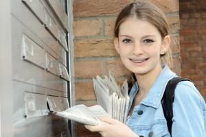 Teenager arbeitet als Zeitungsbote